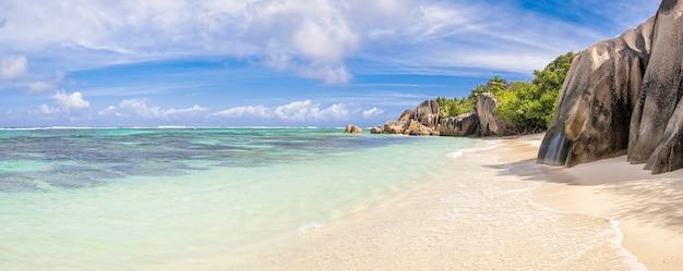 Pedras de granito famosas na lagoa azul das seychelles