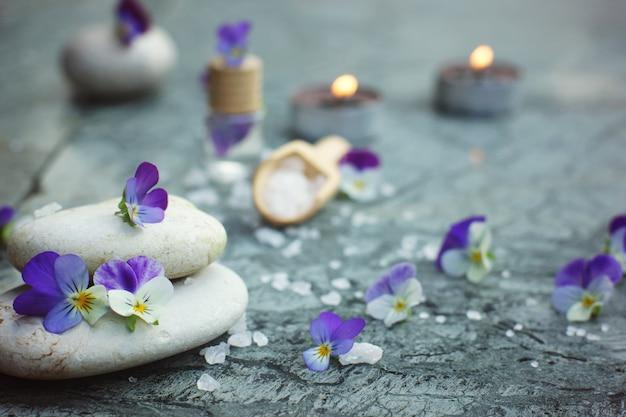 Pedras de massagem e sal de banho do mar