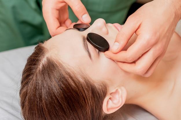 Pedras de massagem nos olhos