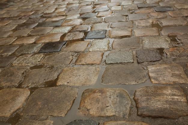Pedras de pavimentação molhadas após a chuva com poças de água. lviv, ucrânia