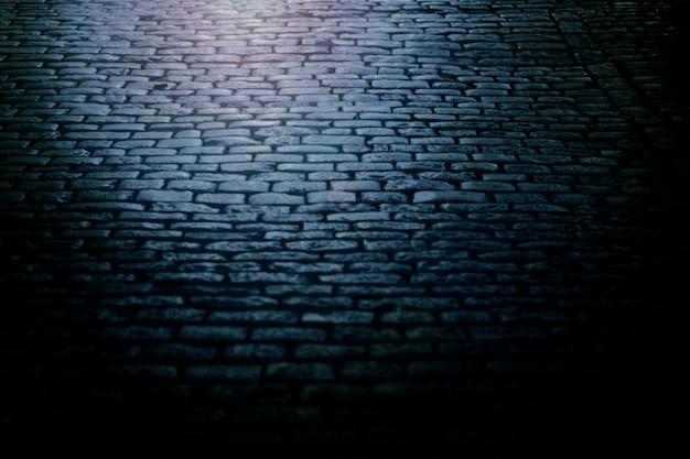 Pedras de pavimentação velhas à noite.