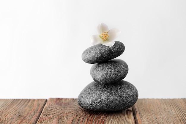 Pedras de spa cinza na mesa de madeira