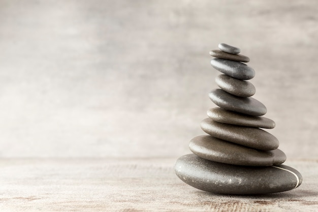 Pedras de spa na mesa cinza.