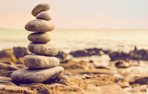 Pedras dispostas na forma de uma pirâmide à beira-mar
