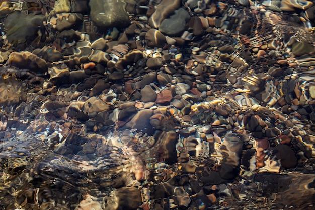 Pedras do mar na água do mar.