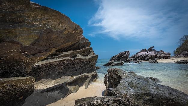 Pedras e areia na orla marítima