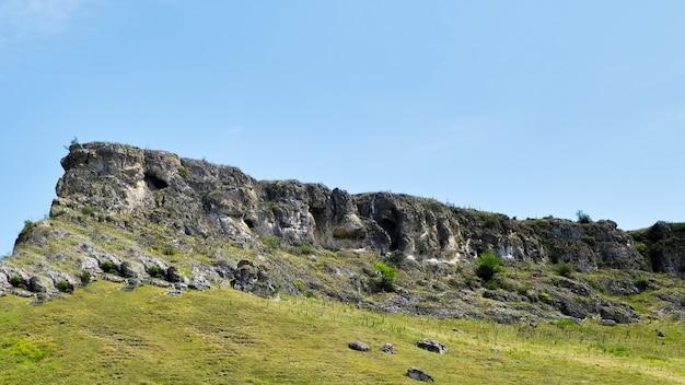 Pedras e grama verde em um dia de verão