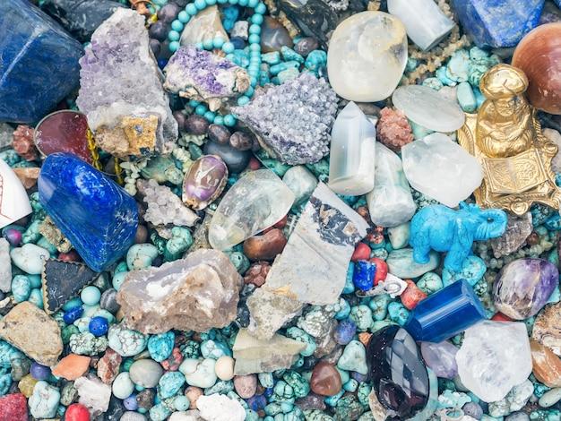 Pedras e minerais na tenda do mercado de fugas