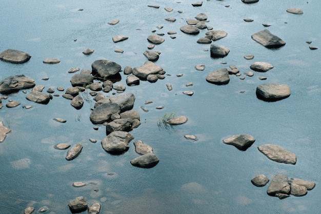 Pedras e seus reflexos na água do lago