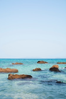 Pedras em um mar azul. ilha no golfo da tailândia.