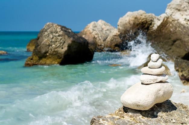 Pedras empilhadas na praia rochosa