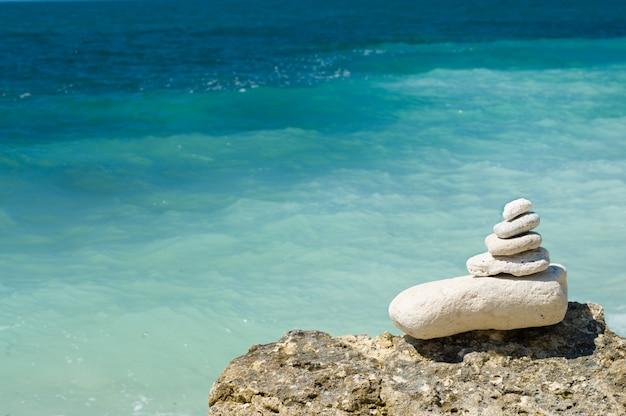 Pedras empilhadas na praia