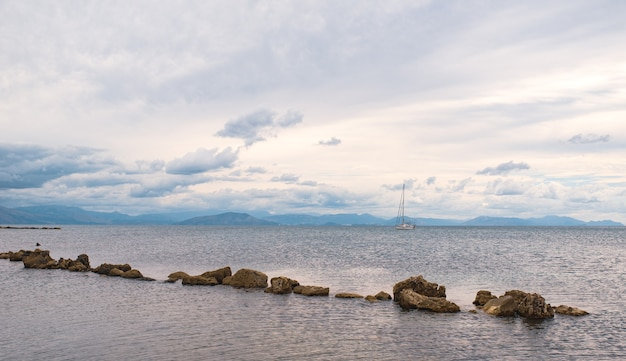 Pedras enfileiradas no mar jônico com águas claras