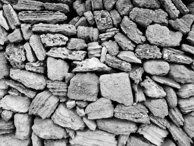 Pedras escuras ao ar livre
