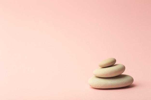 Pedras japonesas (torres de pedra) para spa, meditação e relaxamento em rosa