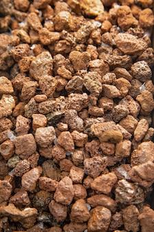 Pedras marrons fecham o fundo