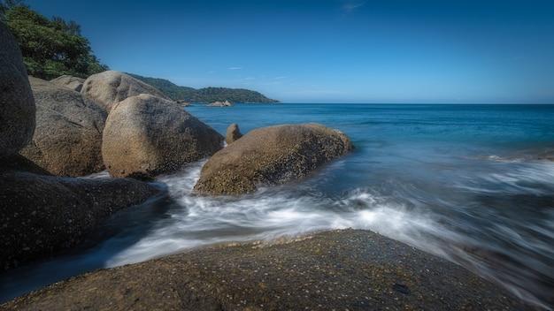 Pedras na beira do mar