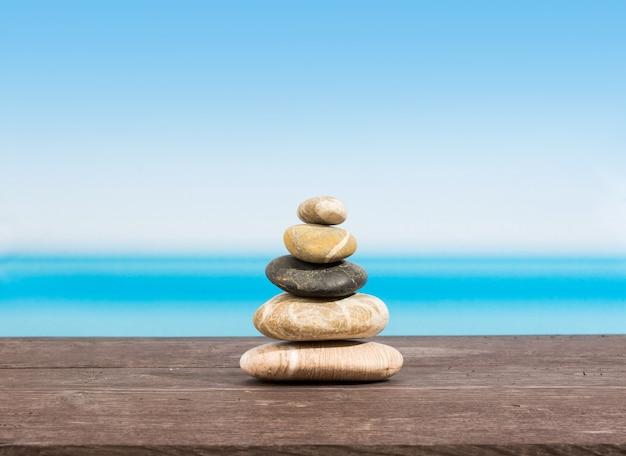 Pedras na mesa com o mar atrás