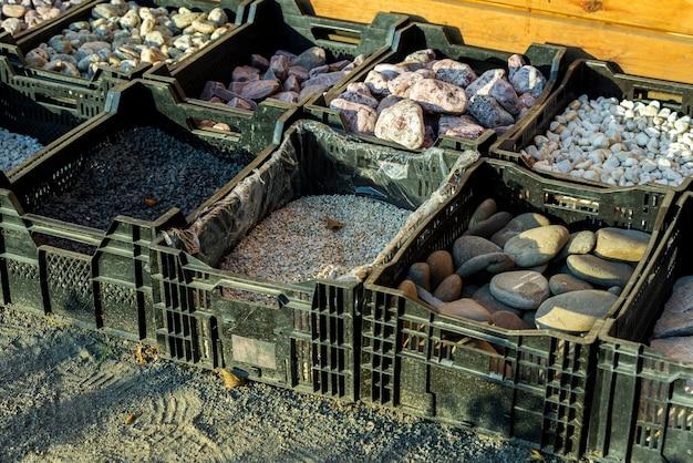 Pedras naturais em gavetas para criar formas e padrões em paisagismo