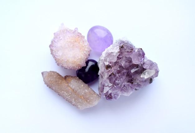 Pedras naturais roxas ametistas em diferentes variedades