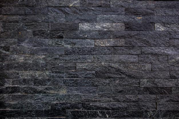 Pedras negras decoradas no fundo da parede