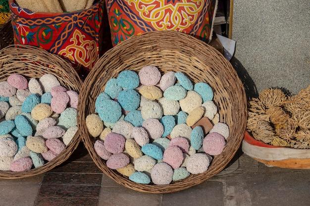 Pedras-pomes coloridas na cesta de vime no mercado de rua sharm el sheikh egito