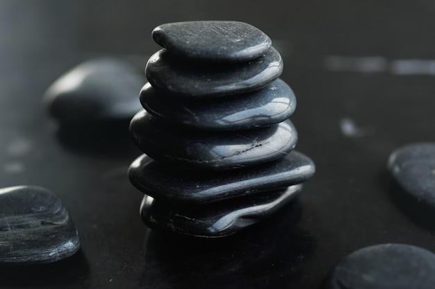 Pedras quentes pretas para massagem com pedras