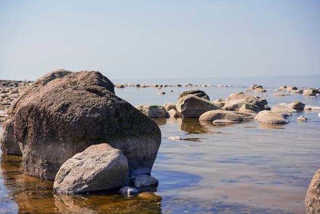Pedras se equilibram na praia. lugar na costa da letônia chamado veczemju klintis