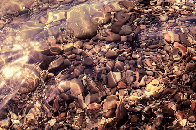 Pedras sob água limpa
