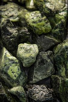 Pedras verdes fecham o fundo