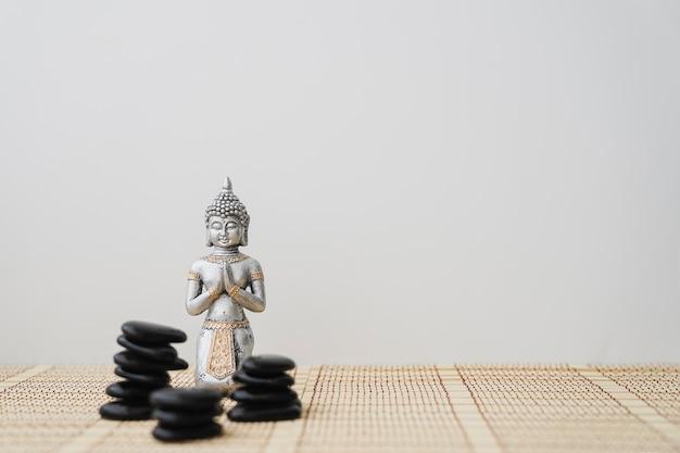 Pedras vulcânicas e buddha