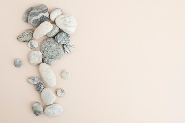 Pedras zen de mármore empilhadas em um fundo bege no conceito de atenção plena