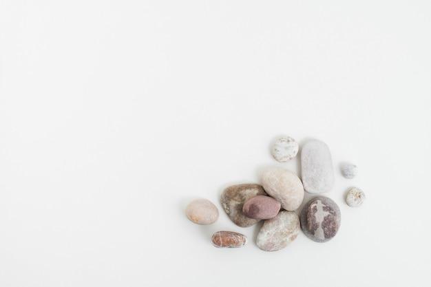 Pedras zen de mármore empilhadas em um fundo branco no conceito de atenção plena