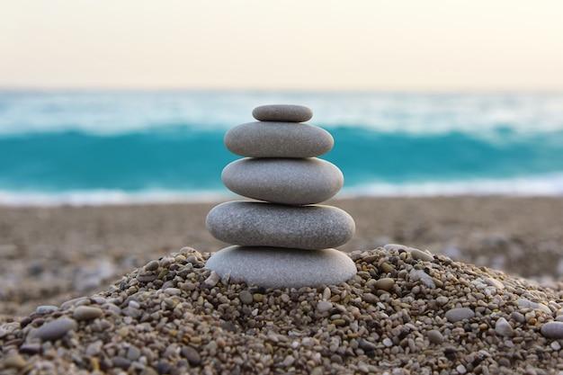 Pedras zen em uma praia de seixos. a atmosfera de relaxamento e tranquilidade.