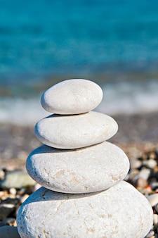 Pedras zen empilhadas na praia