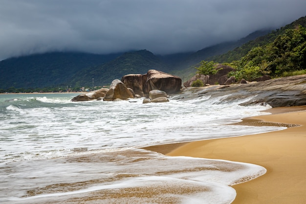 Pedregulhos gigantes à beira-mar.