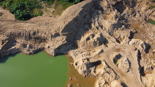 Pedreira de areia inundada. local onde as motos de sujeira andam e deixam rastros. paisagem para atividades extremas de quadriciclos. minas sychevo. distrito de volokolamsk da região de moscou. rússia