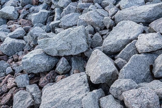 Pedreira de granito. textura de pedra de granito, pedregulhos espalhados.