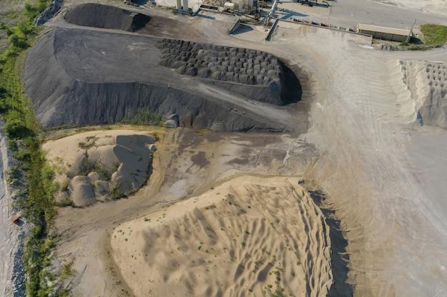 Pedreira de mineração a céu aberto para extração de no meio
