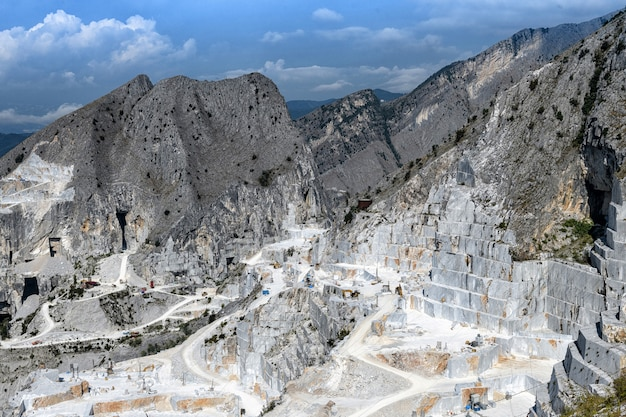 Pedreiras de mármore de carrara em vale montanhoso
