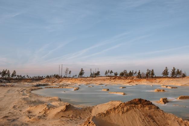 Pedreiras industriais de areia cheias de água