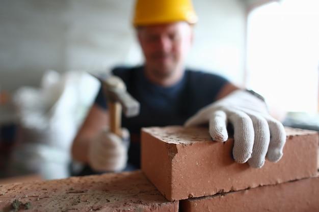 Pedreiro profissional trabalhando na construção