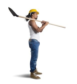 Pedreiro sexy trabalha com pá e capacete