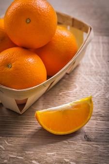 Peg de laranjas no conceito de comida e bebida de tábua de madeira