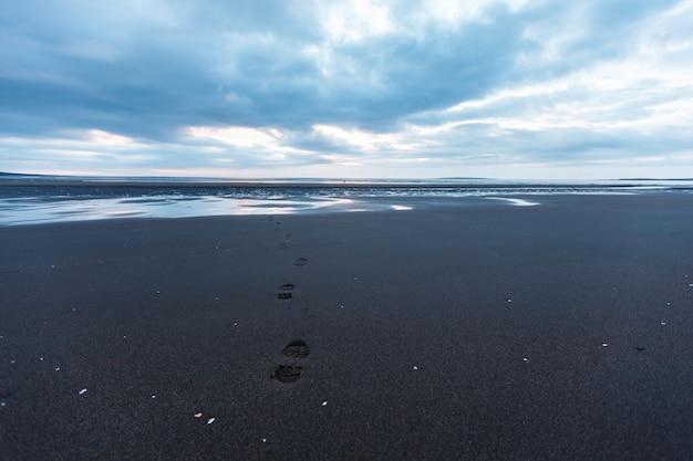Pegada do oceano ártico na praia do mar do norte