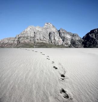 Pegada no deserto e montanhas