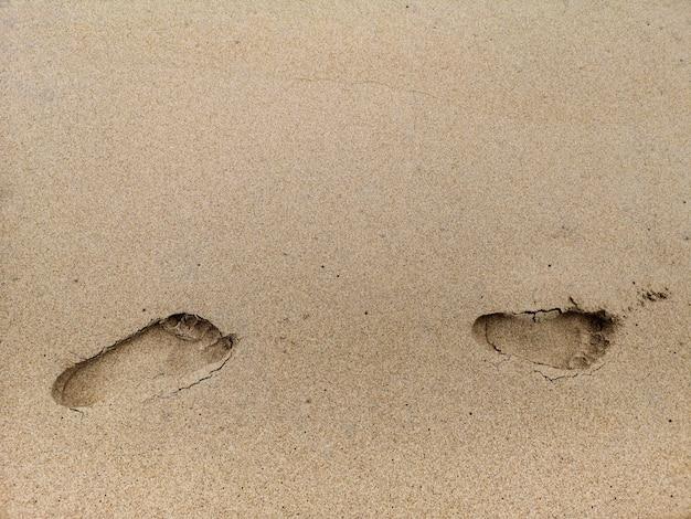 Pegada no fundo da areia da praia.