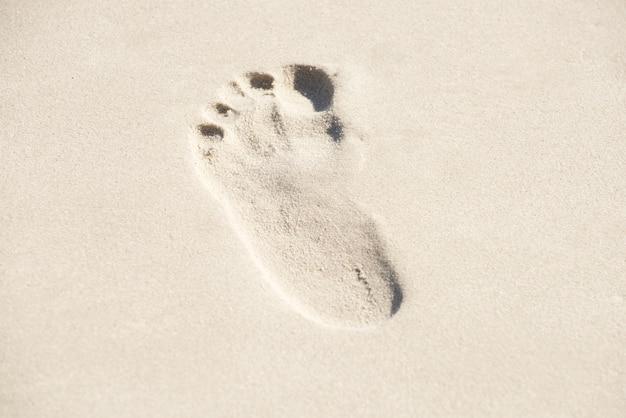 Pegadas em uma praia arenosa
