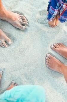 Pegadas lindas com pés na areia