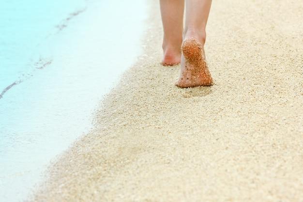 Pegadas lindas na areia à beira-mar